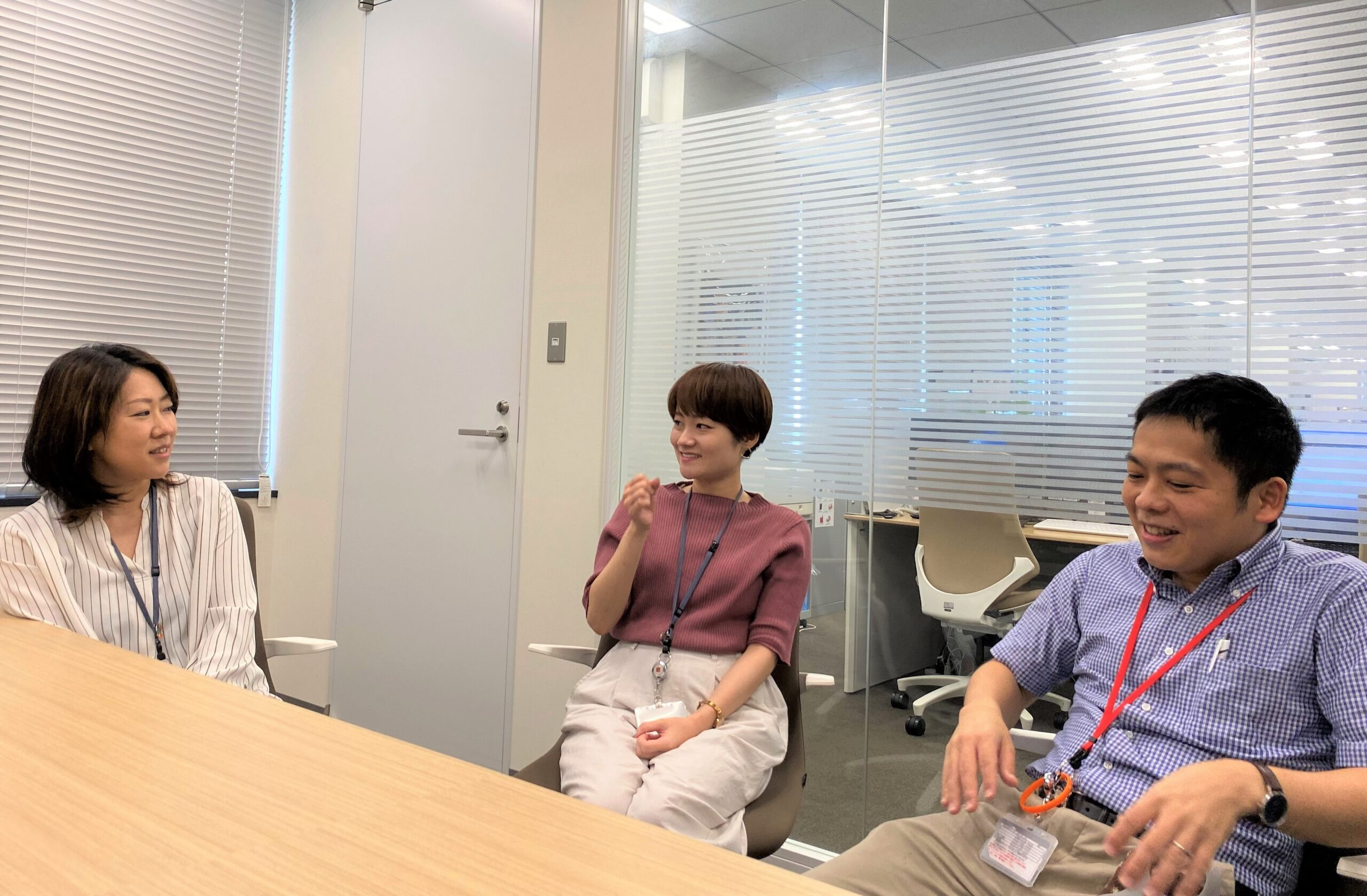 インタビュー中の吉本さん、福井さん、田中さん
